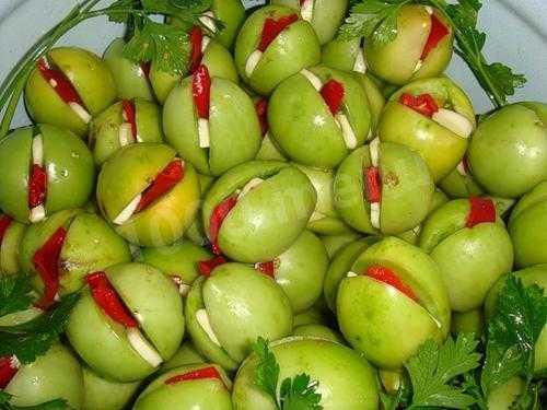 Как засолить зеленые помидоры на зиму в банках: простые рецепты