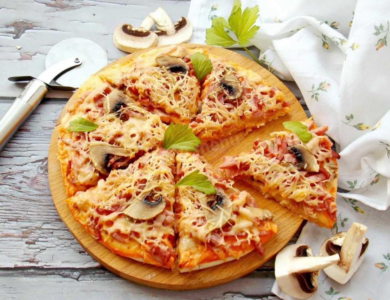 Пицца с грибами, солеными огурцами и колбасой: рецепты с фото в начинке с сыром
