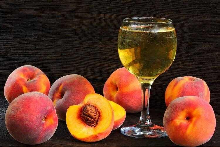 Вино из персиков – описание разных технологий приготовления в домашних условиях. Натуральное брожение и добавление крепких алкогольных напитков и разных пряностей.