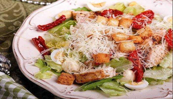 Калорийность салата цезарь с курицей. сколько калорий в цезаре с курицей и другими ингредиентами