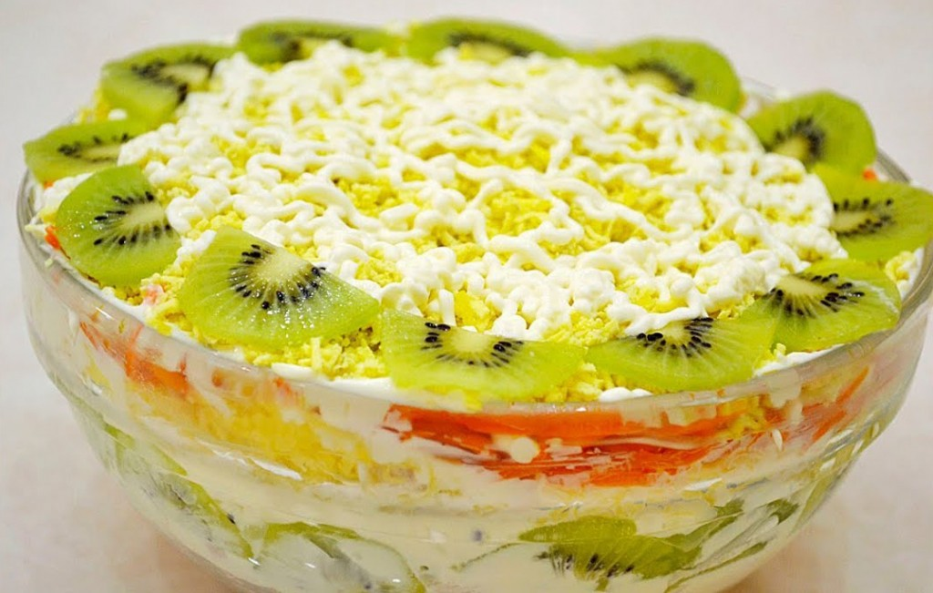 Салат с яблоками сыром,  яйцами с луком и орехами