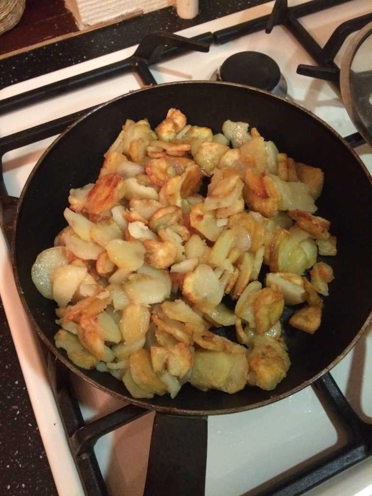 Жареная картошка с лесными грибами на сковороде - пошаговые рецепты приготовления