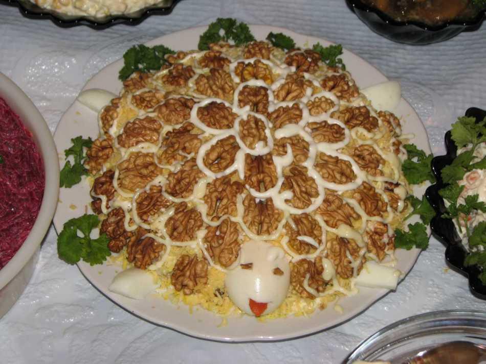 Салат черепашка с курицей, грибами, орехами и сыром рецепт с фото - 1000.menu