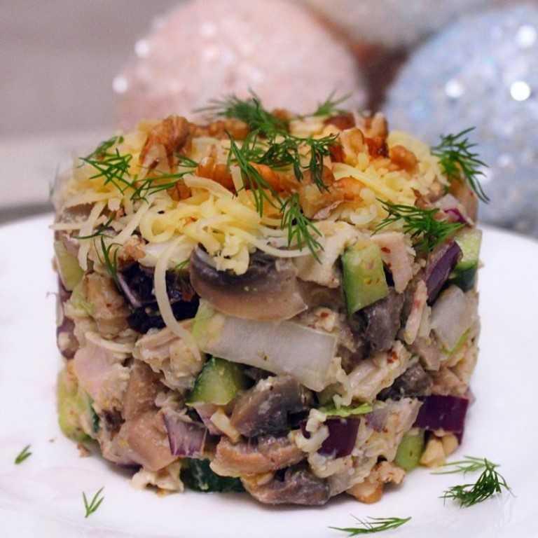 Салат с грибами, луком и сыром