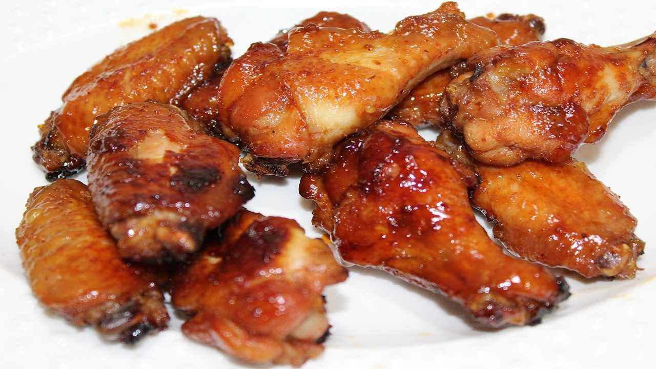 Как замариновать крылышки для копчения в коптильне. рецепт: копченые куриные крылья - в домашней коптильне