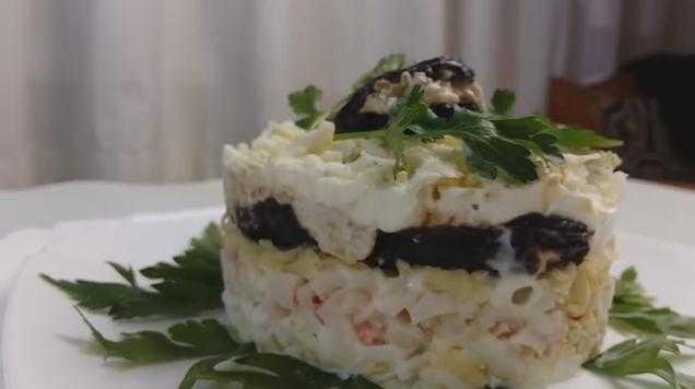 Салат черный жемчуг с курицей и маслинами