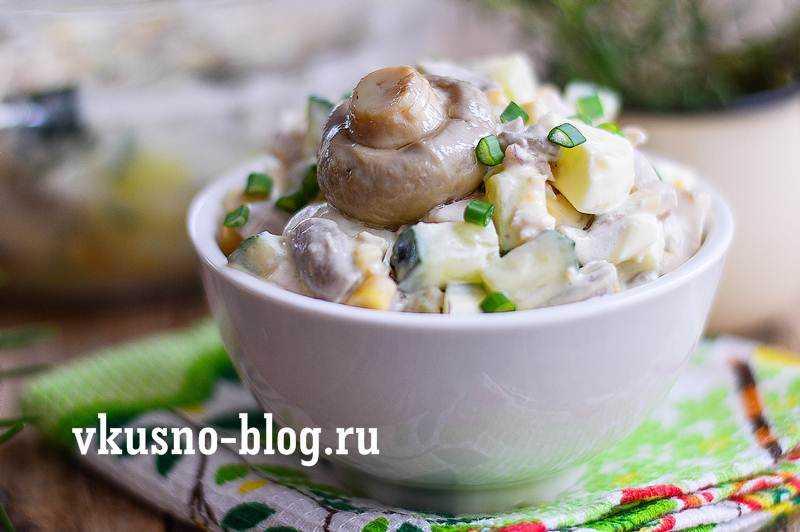 20 cалатов с маринованными грибами, которые украсят любой стол