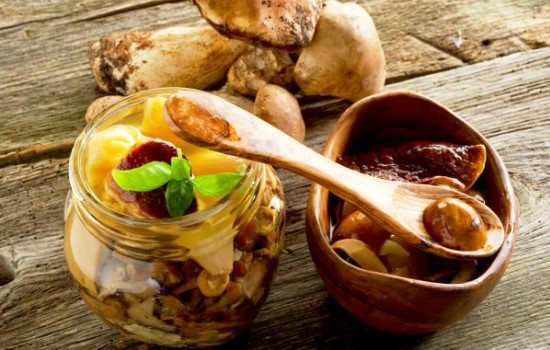 Где и как можно хранить соленые грузди после засолки. Температурный режим, сроки хранения для свежих грибов, посуда, используемая для этих целей.