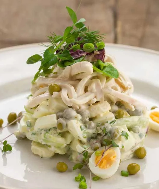 Салат с кальмарами — 10 самых вкусных и простых рецептов