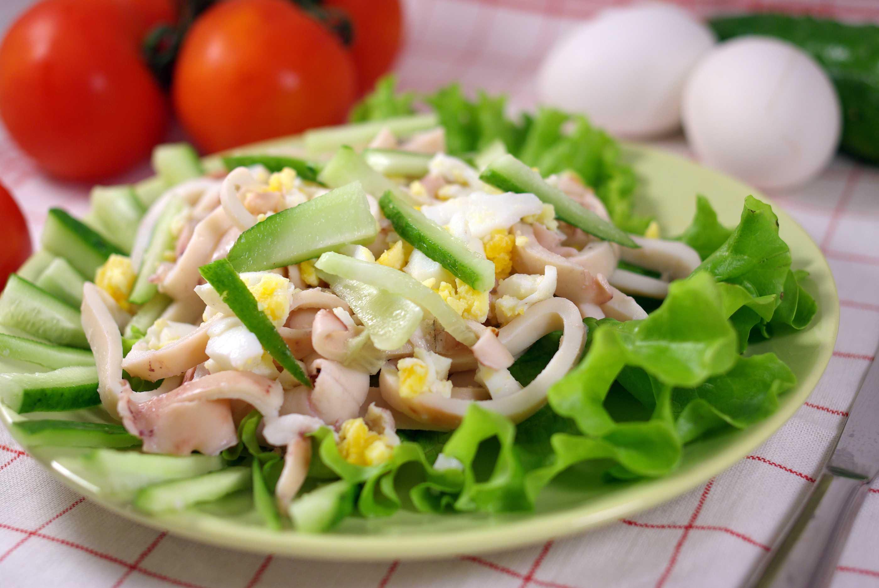 Салат из кальмаров с огурцом и яйцом - необычное сочетание и гармония вкуса: рецепт с фото и видео