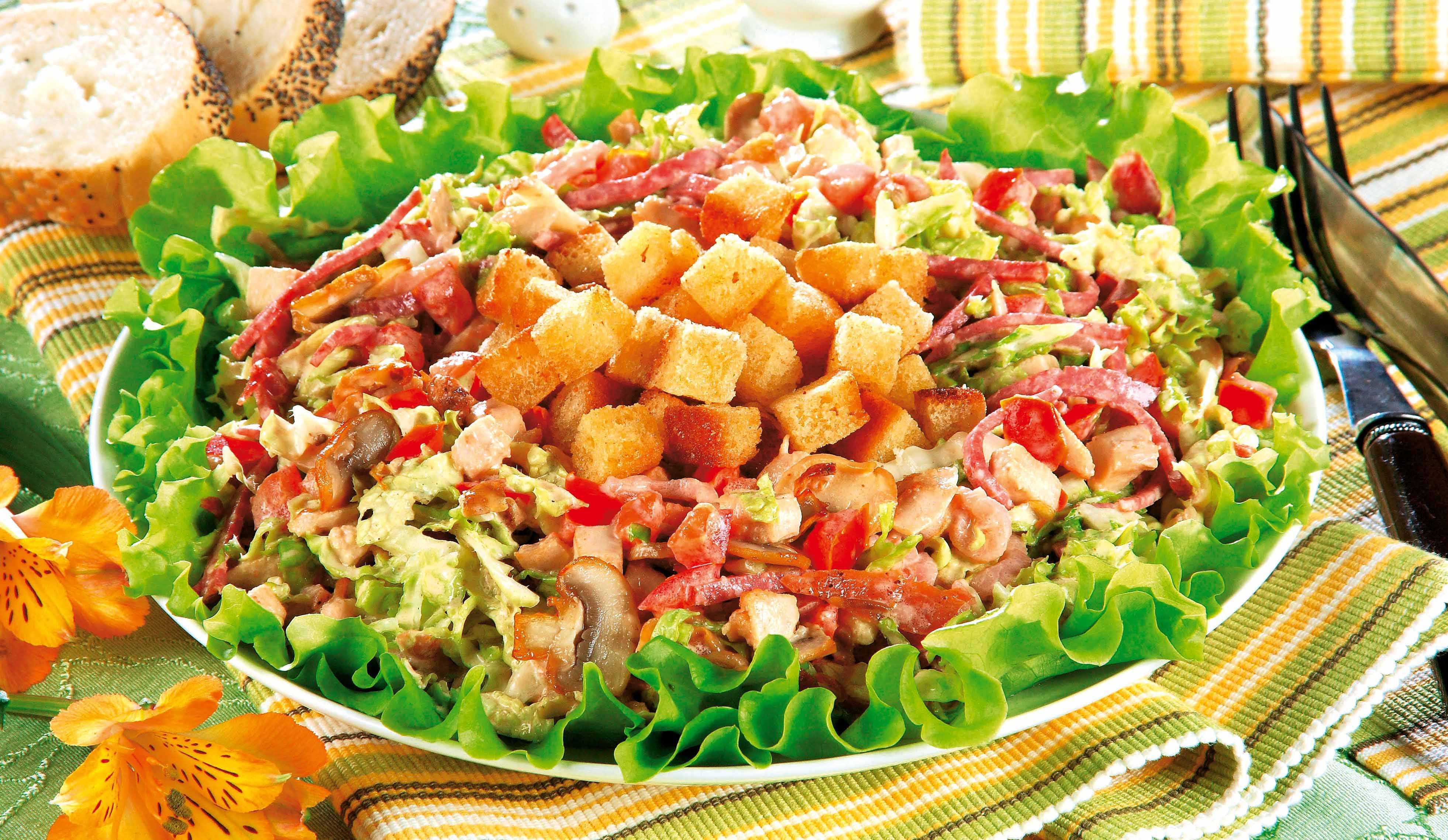 Салат с сухариками и копченой колбасой рецепт с фото пошагово - 1000.menu