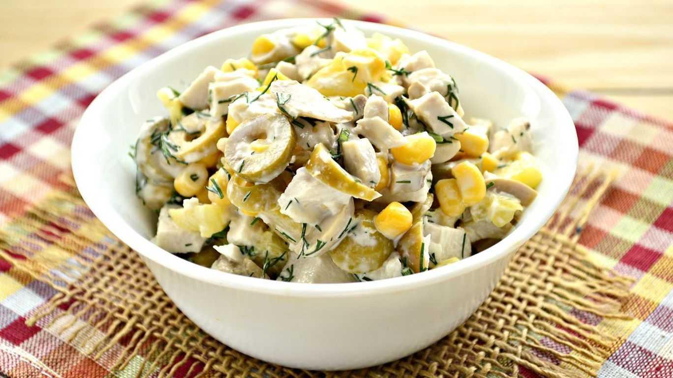 Салат ветчиной куриным филе, грибами и солеными огурцами