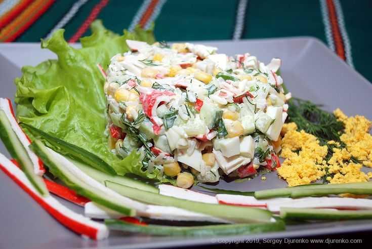 Салат крабовые палочки рис кукуруза в огурцах-лодочках