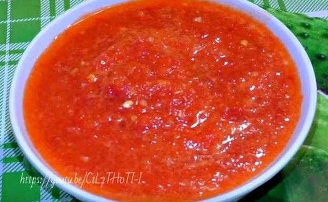 Жгучая аджика из хрена и помидор с чесноком на зиму