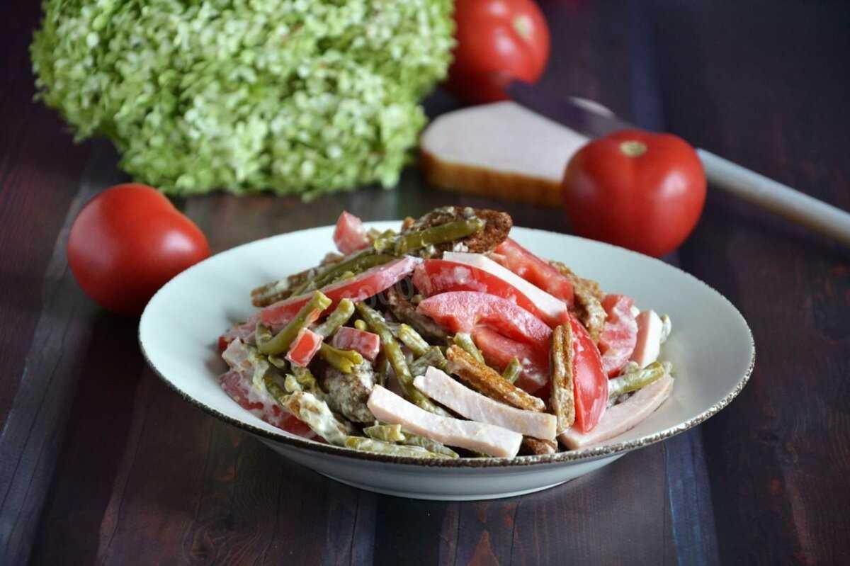 Салат «любимый муж» с помидорами, грибами и копченой курицей разметают первым на столе. два классических рецепта приготовления