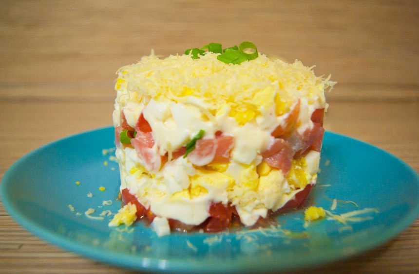 Салат с форелью слабосоленой: 7 лучших праздничных рецептов