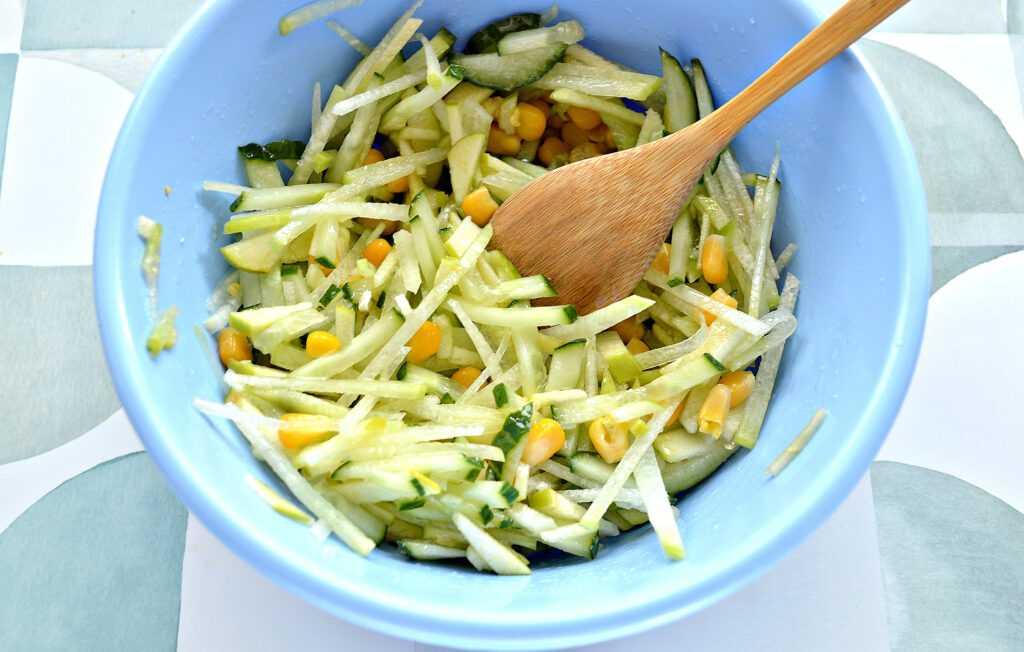 Салат из редьки: 10 самых популярных рецептов полезной закуски