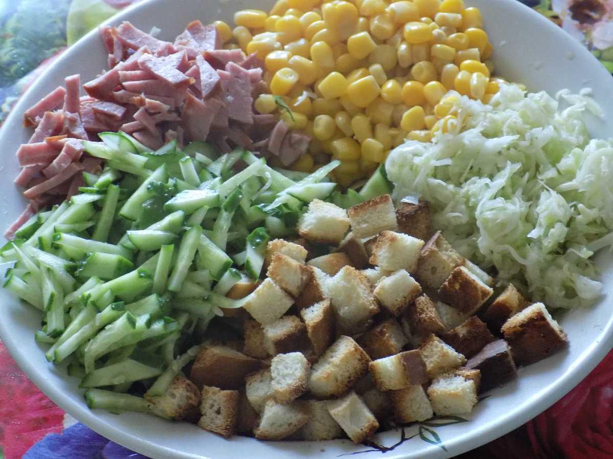 Салат с фасолью и копченой колбасой - сытно и вкусно: рецепт с фото и видео