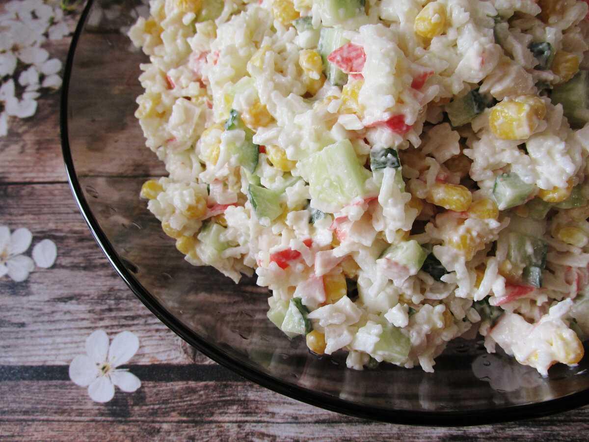 Салат с крабовыми палочками и огурцом - для праздников и будней: рецепт с фото и видео
