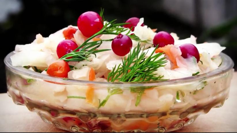 Квашеная капуста со свеклой — великолепная закуска для любого стола!