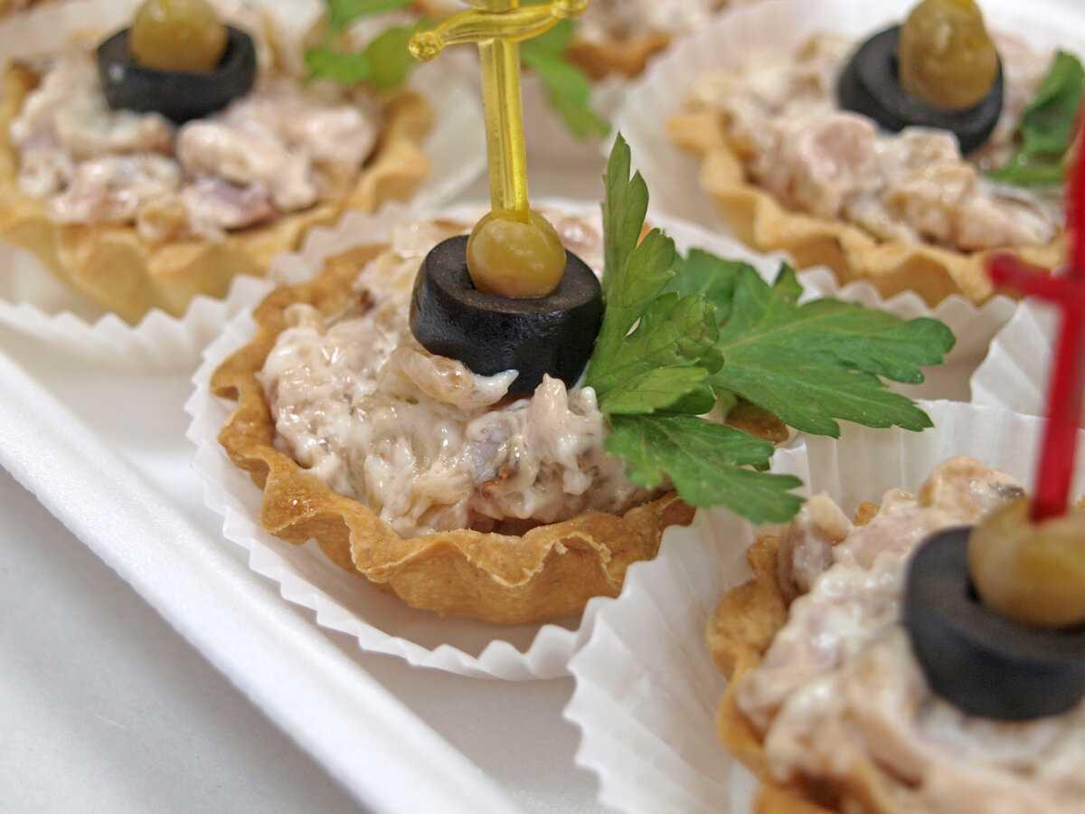 Тарталетки с красной рыбой: рецепты с фото на праздничный стол (пошагово)