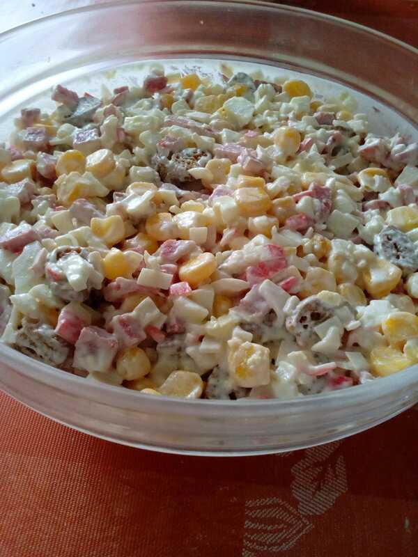 Салат с кириешками и копченой колбасой рецепт с фото пошагово - 1000.menu