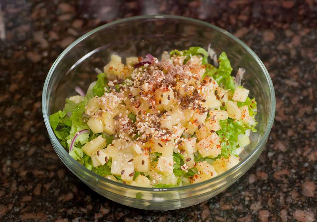 Салат из сельдерея черешкового с консервированной кукурузой