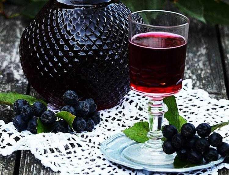 Простой рецепт настойки из черноплодной рябины на самогоне