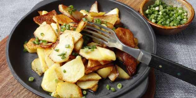 Жареная картошка с луком на сковороде с хрустящей румяной корочкой рецепт с фото