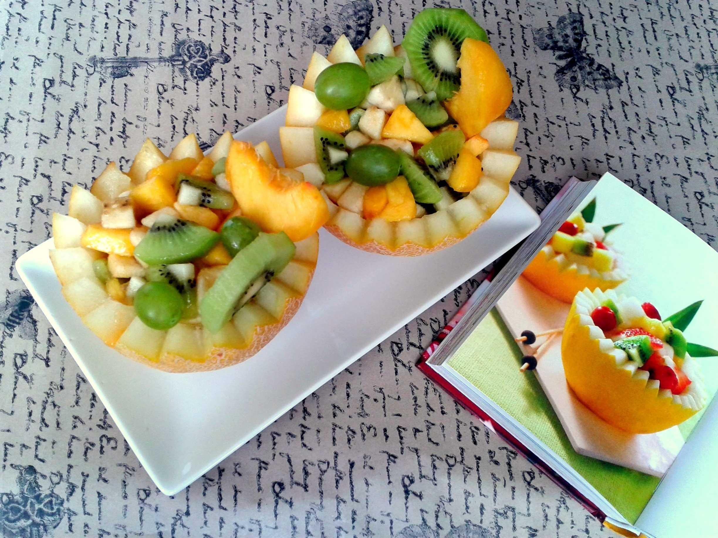 Фруктовый салат с яблоком, бананом, киви и апельсином