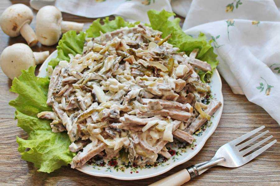 Салат с маринованными огурцами: 210 домашних рецептов