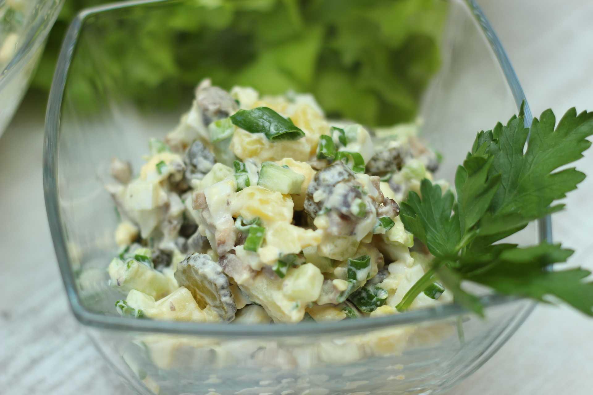 Салат с солеными огурцами, яйцами и шампиньонами