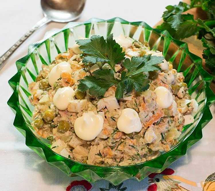 Салаты из рыбных консервов – 10 очень вкусных рецептов на скорую руку