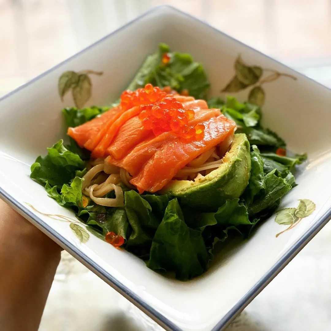 Салат с форелью слабосоленой слоями. салат с форелью и свежим огурцом