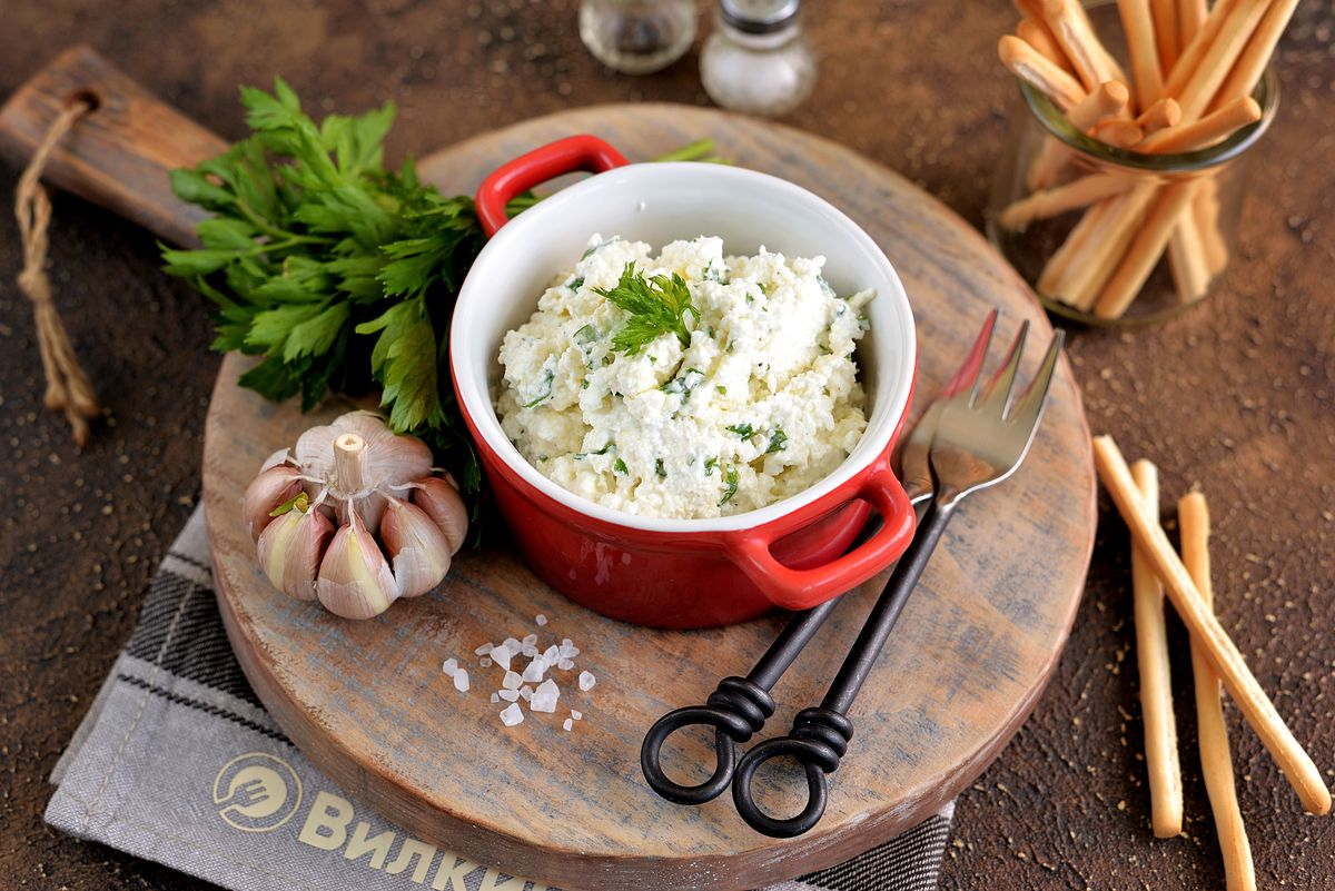 Закуски из творога с чесноком и зеленью: приготовление и подача