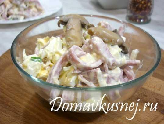 Салат с ветчиной, грибами, сыром и майонезом