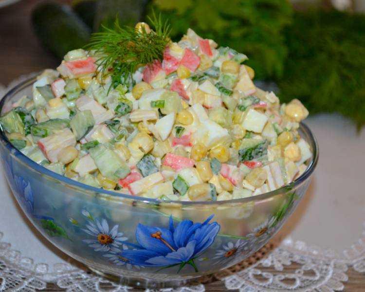 Классический крабовый салат с кукурузой, рисом и огурцом
