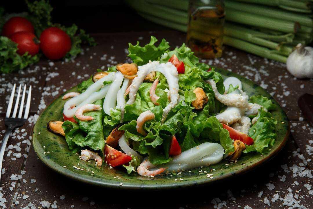 Салат морской бриз кальмары, креветки, перец, пармезан рецепт с фото пошагово – 1000.menu