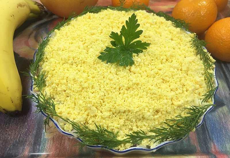 Салат мимоза с сайрой: рецепт мягкого овощного кушанья со вкусной консервированной рыбкой