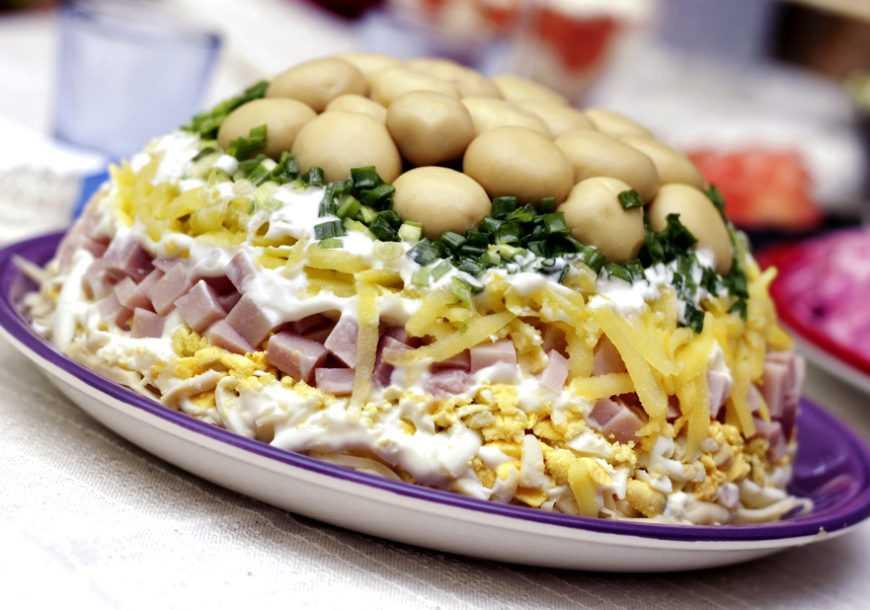 Салат с ветчиной и грибами по самым вкусным рецептам