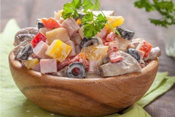 Салат с ветчиной и грибами – отличная праздничная закуска. лучшие рецепты салатов с ветчиной и грибами: простых и слоёных