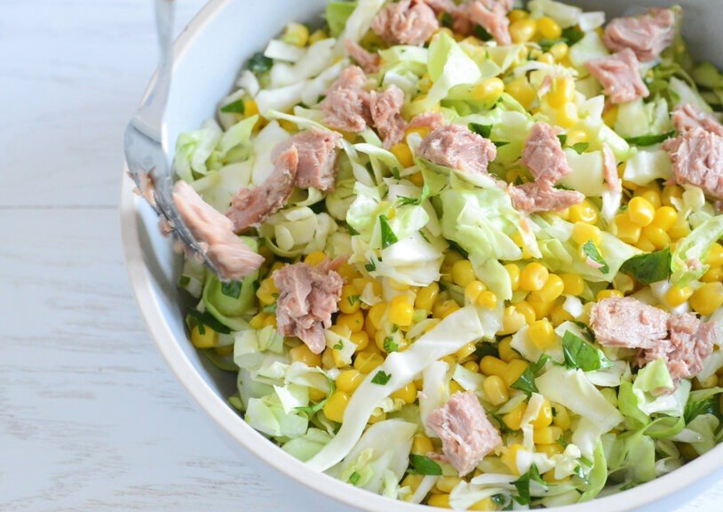 Вкусный салат с тунцом, кукурузой и яйцом