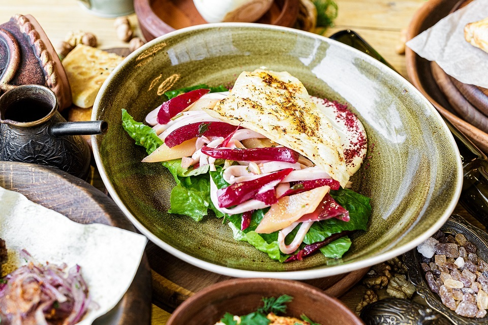 Очень вкусный ореховый салат с кальмарами