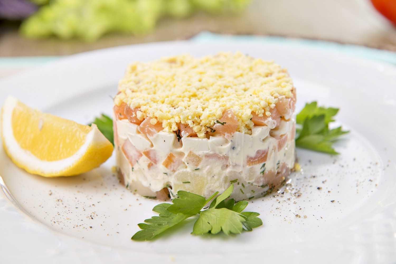 Салат со слабосоленой форелью, помидорами и гренками