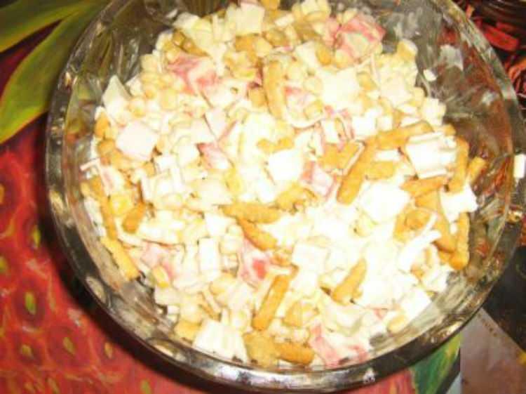 Салат с кириешками и копченой колбасой: рецепты