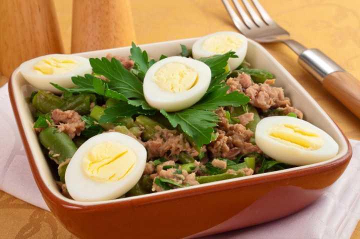 Салат с тунцом и фасолью (консервированной, стручковой)