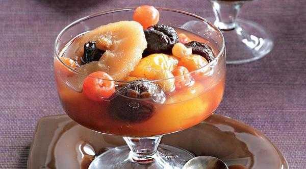Компот из чернослива сушеного или свежего с курагой, изюмом, яблоками, грушами или клюквой с медом