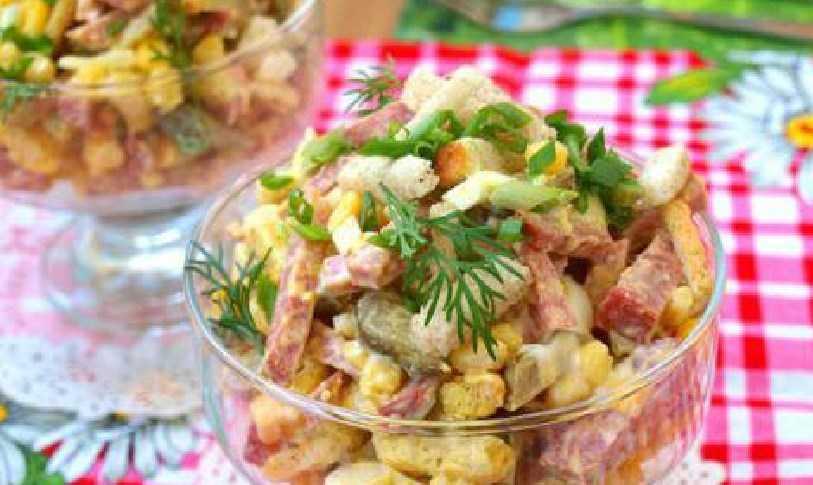 Салат с фасолью и колбасой — сытно, вкусно, оригинально!