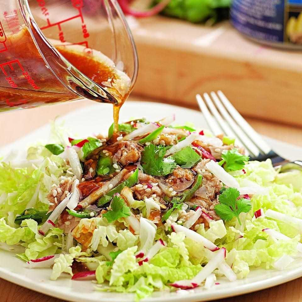 Салат с консервированным тунцом и пекинской капустой рецепт с фото пошагово - 1000.menu