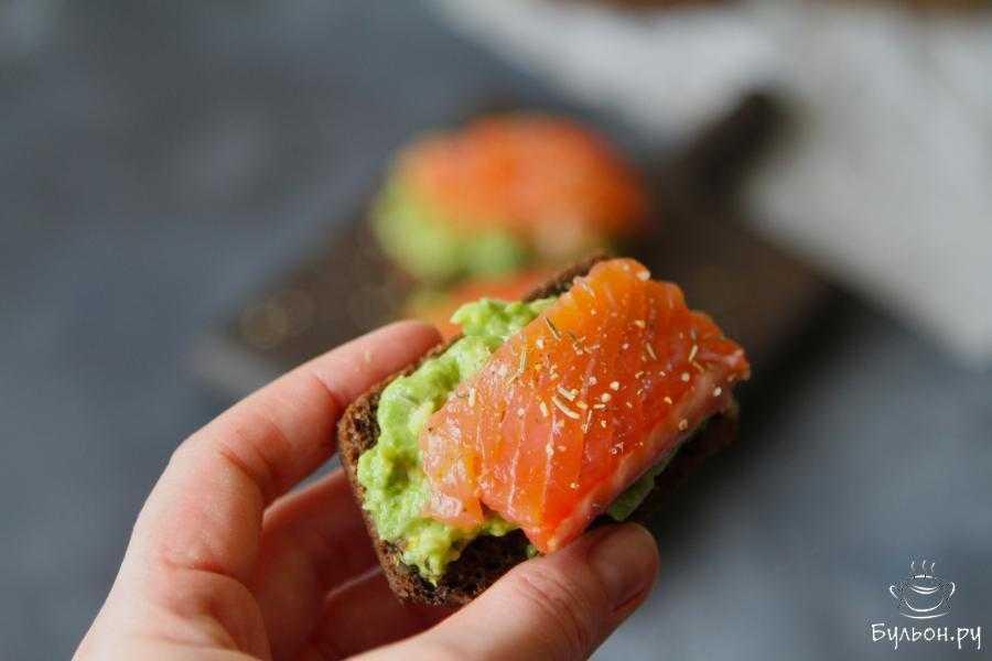 Завтрак для любимой -тосты с красной рыбкой и авокадо